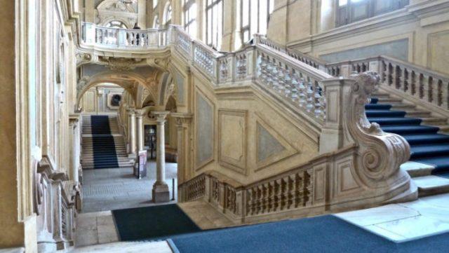 scalone di marmo stile barocco interno palazzo Madama