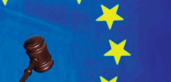 Torino Tribunale Brevetti, bandiera dell'Europa e martello giudice