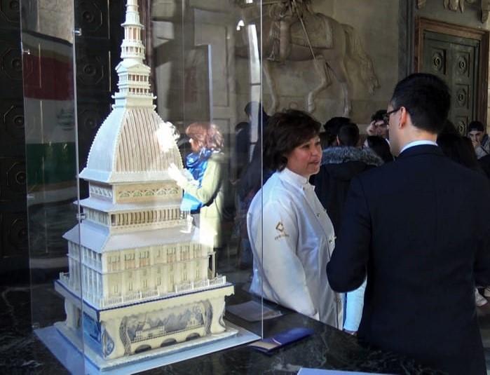 Photo of Una torta di 15 kg a forma di Mole Antonelliana visibile al Comune di Torino
