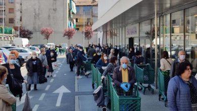 Photo of Torino, assalto ai supermercati per gli acquisti di Pasqua, la gente si riversa in strada a fare la coda