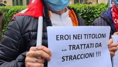 Photo of Torino, medici e infermieri contro la Regione: la protesta davanti agli ospedali