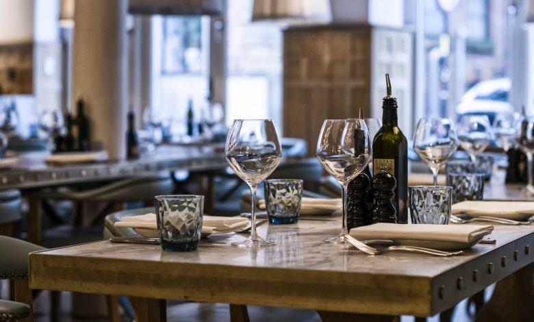 ristorante tavolo apparecchiato
