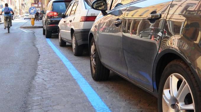 strisce blu e auto
