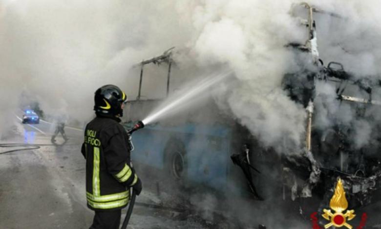 vigili del fuoco fiamme bus