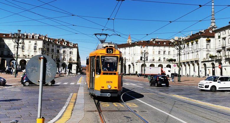 tram arancione in piazza Vittorio
