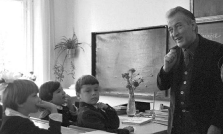 foto Gianni Rodari in classe con studenti elementari
