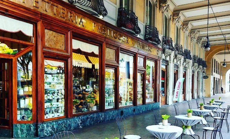 Tavolini sotto i portici di via Sacchi di Pfatisch Torino